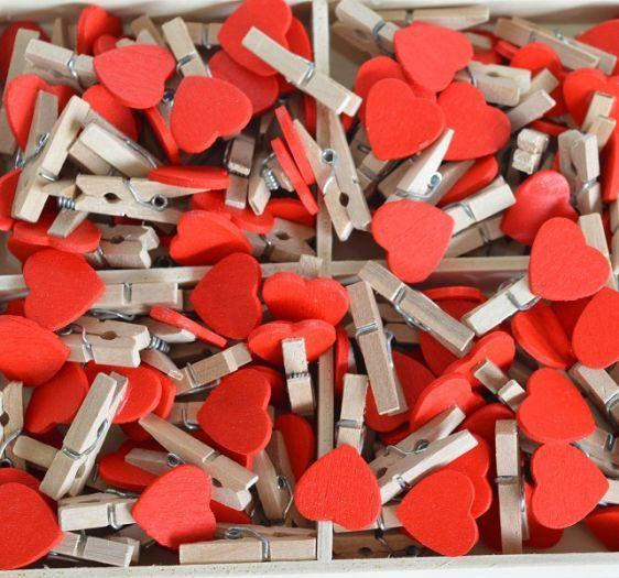 Paris Dekorace Dřevěný kolíček s červeným srdíčkem