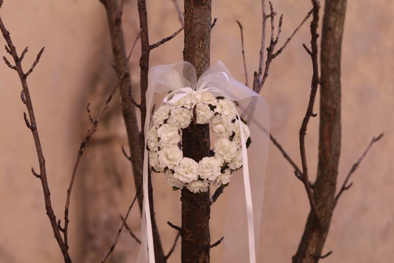 Paris Dekorace Věneček z papírových růží, stuha bílá