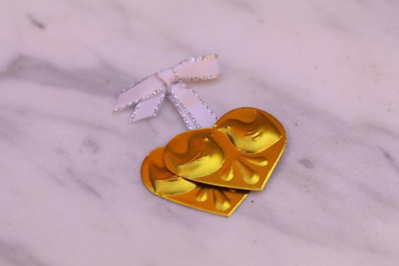 Paris Dekorace Zlatá srdíčka s holoubky